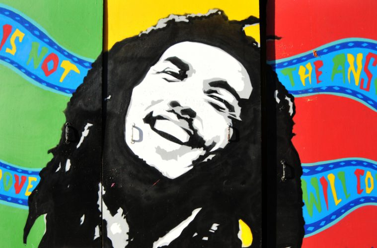 Graffiti-Portrait von Bob Marley samt Rastafari.