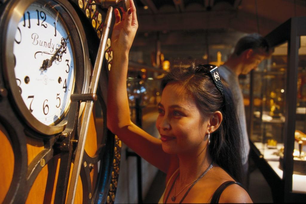 Das Musee international d'horlogerie in La Chaux-de-Fonds, Kanton Neuchatel. Eine Stempeluhr vom Ende des 19. Jahrhunderts.