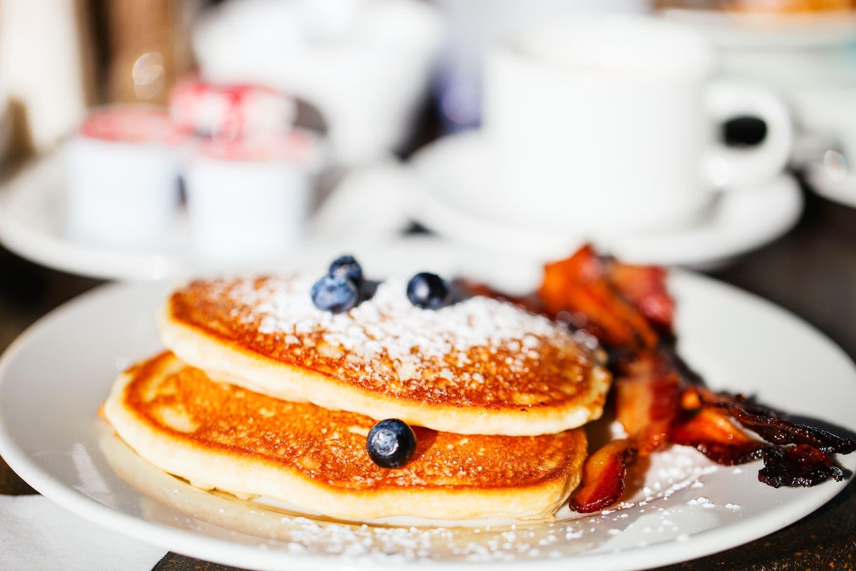 Blaubeer-Pfannkuchen mit Bacon und Puderzucker