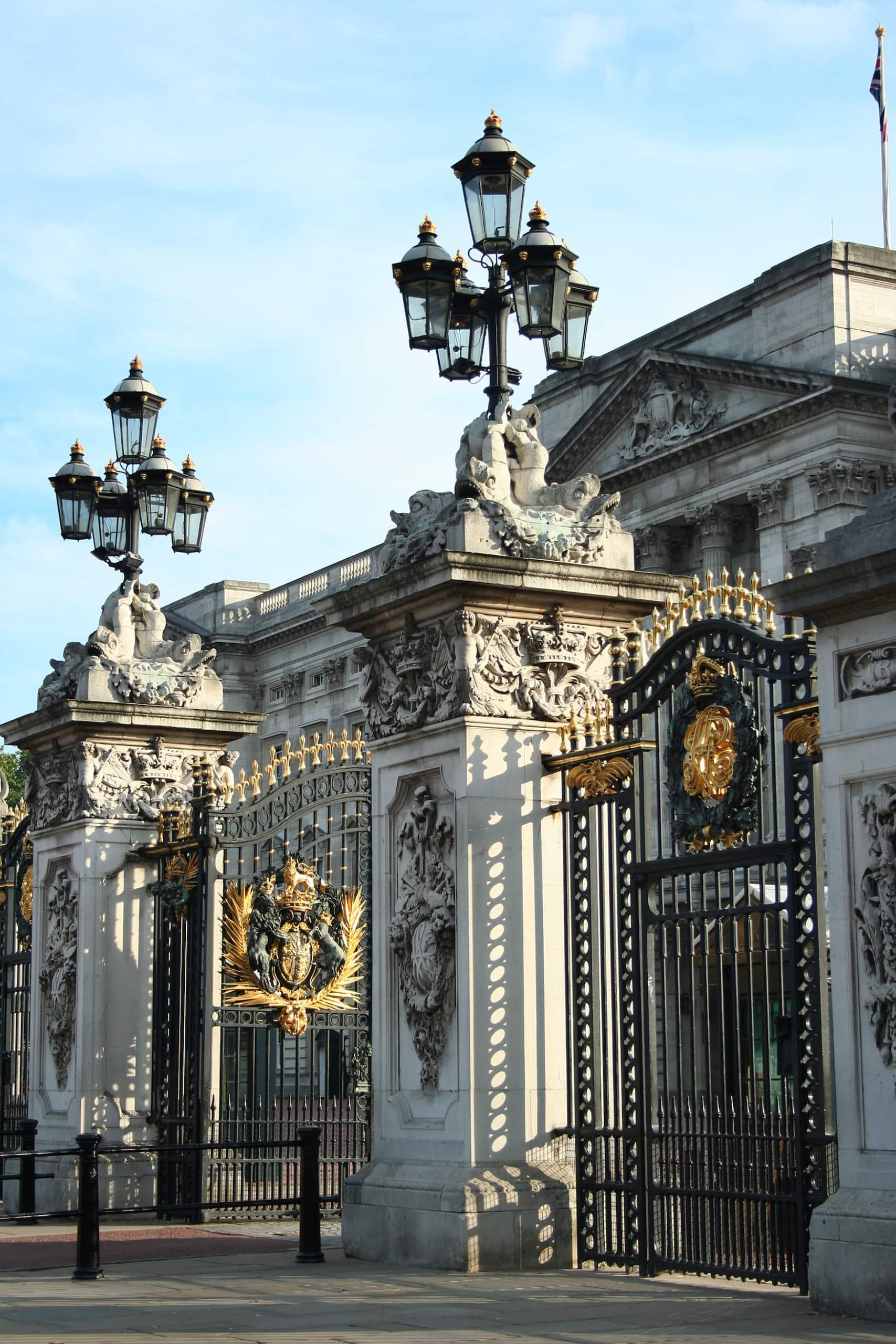 Wappen auf dem Tor des Buckingham Palace. Ein Ort in London, den man mit Kindern auf jeden Fall besuchen sollte