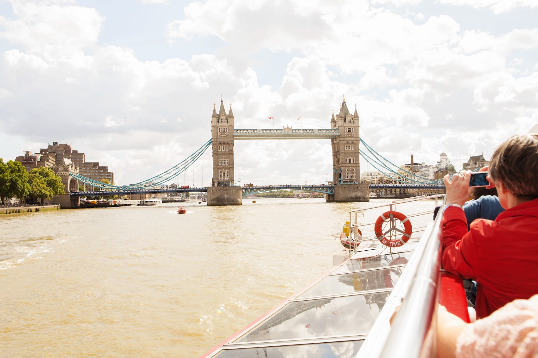 City Cruises auf der Themse in London mit Tower Bridge im Hintergrund