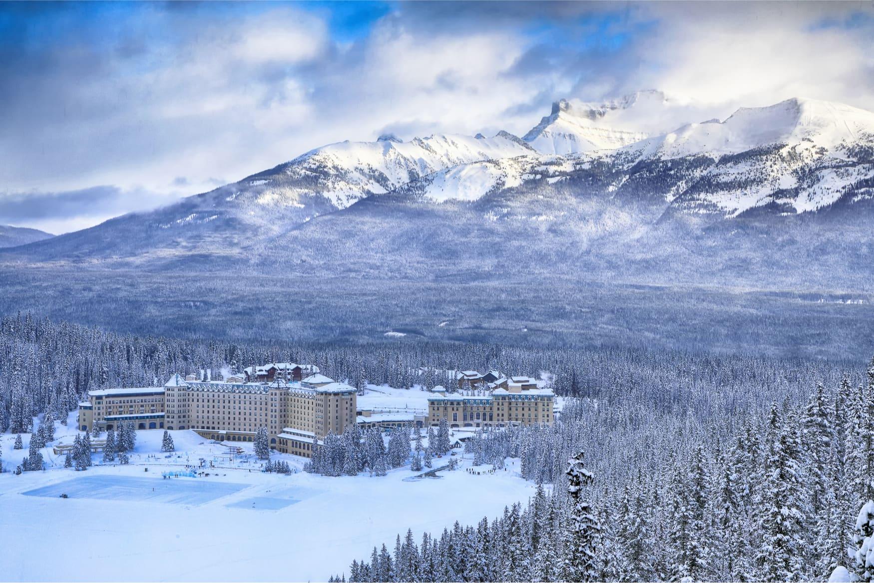 Das Fairmont Chateau Lake Louise umgeben von Bergen im Winter