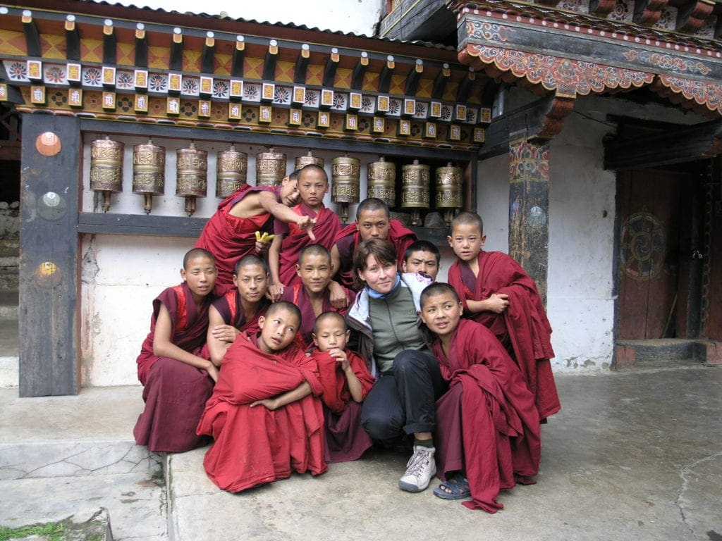 Karolina Golab inmitten der Kindsmönche im Bhutan