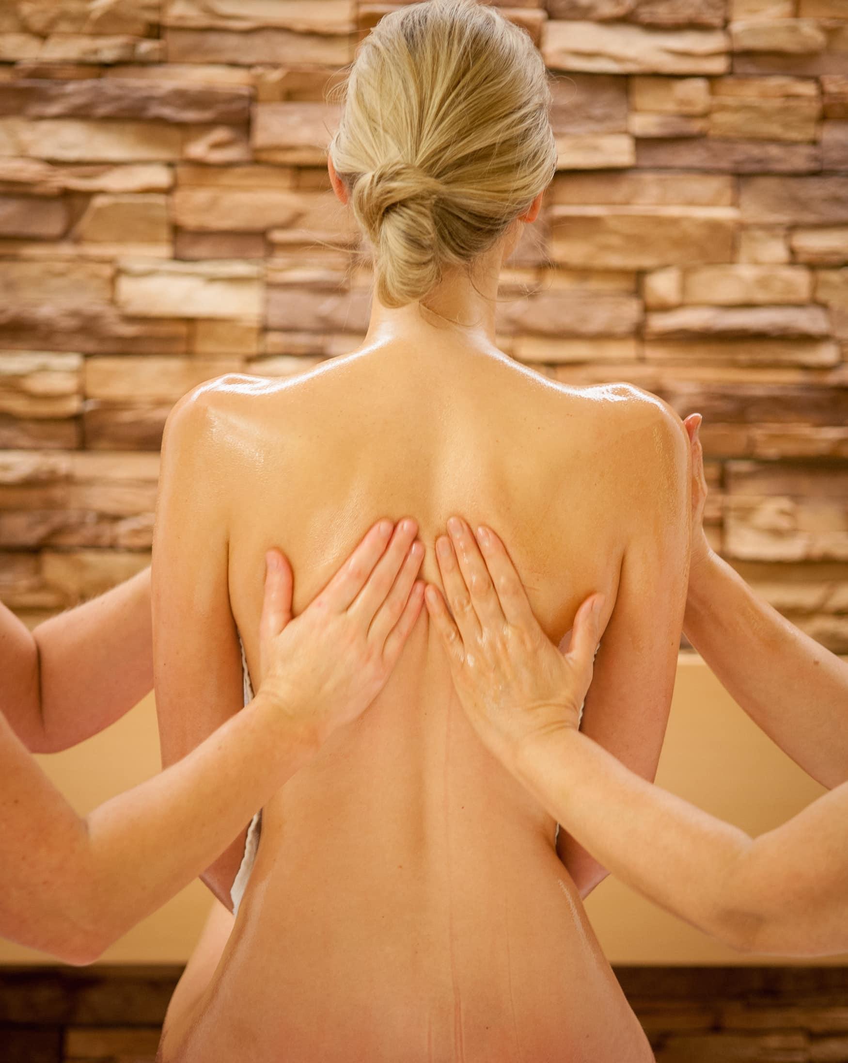 Frau bei Ayurveda Behandlung