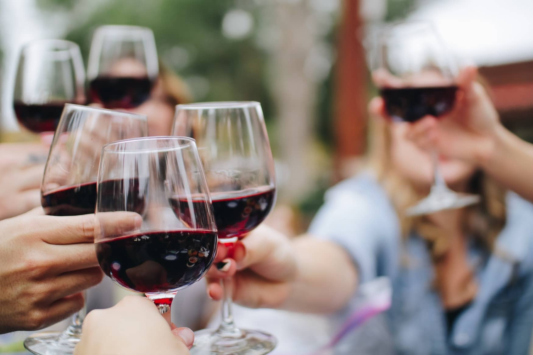 Beim Weinandern in Baden-Württemberg posten sich Freunde mit Trollinger zu