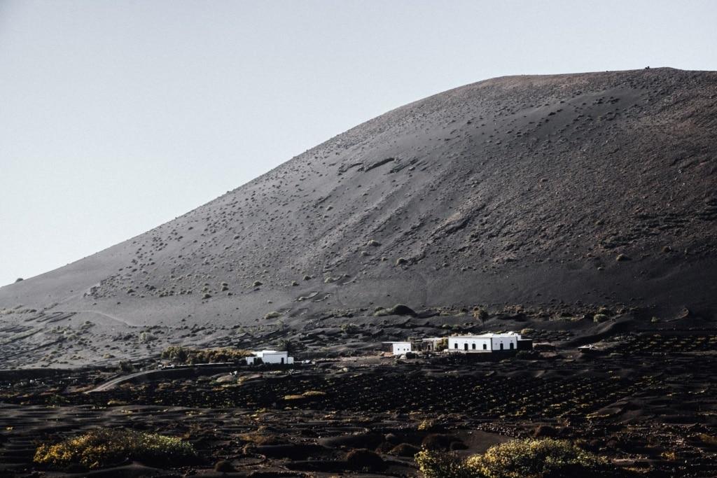 Weiße Häuser in Landschaft auf Lanzarote