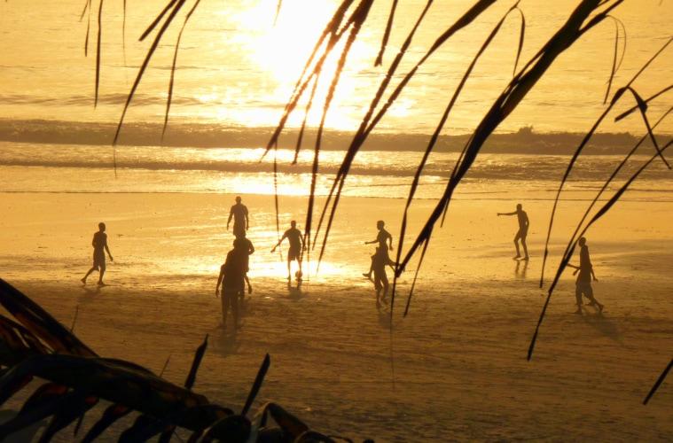 Fußballspieler am Strand in Gambia