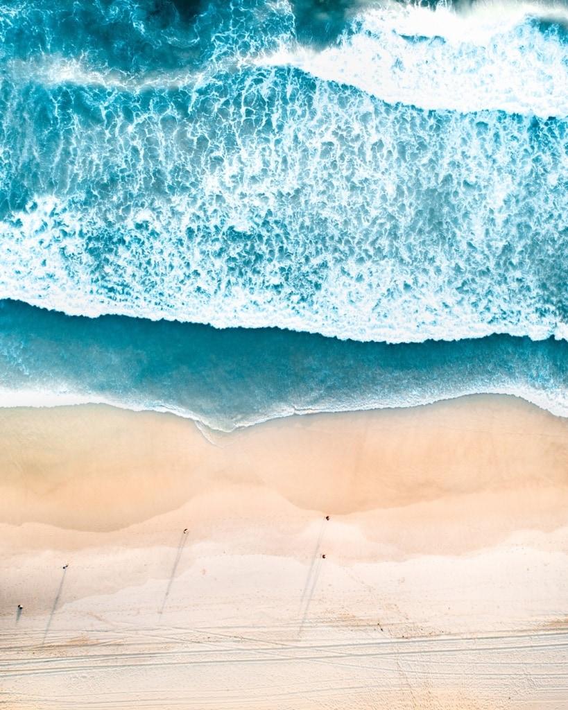 Gleichmäßig und wunderschön rollen die Wellen am Bondi Beach in Australien an den Strand.