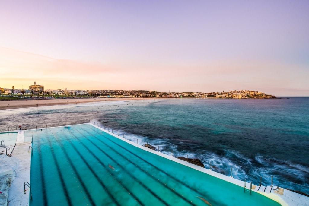 Am Bondi Beach kann man nicht nur ausgezeichnet surfen, sondern auch in einem Salzwasserbecken schwimmen.