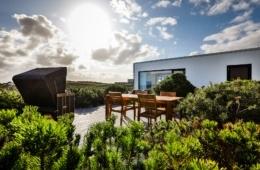 Dachterrasse mit Strandkorb in der Sonne. Budersand Hotel Sylt