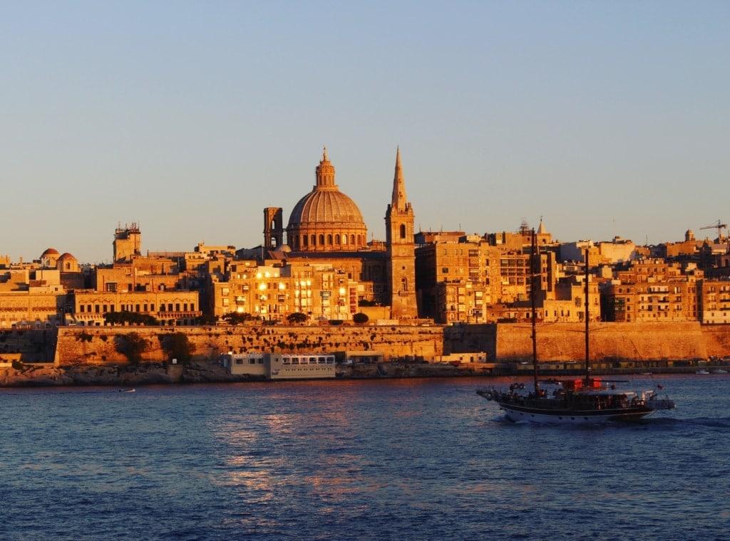 Blick auf Valletta auf Malta vom Meer aus