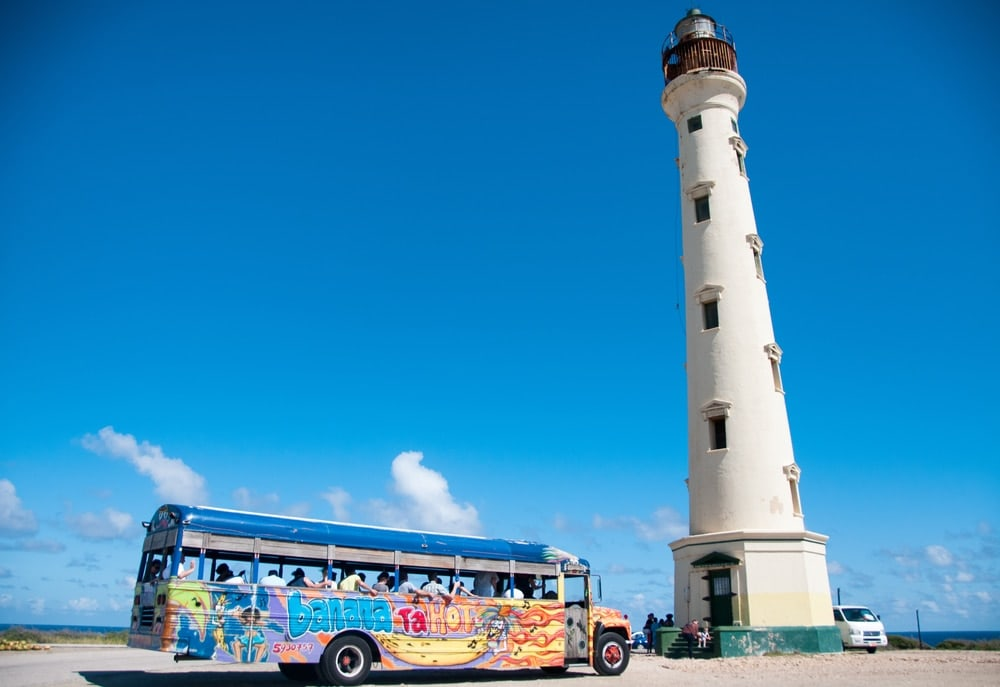 Touristenbus vor dem California Lighthouse auf Aruba