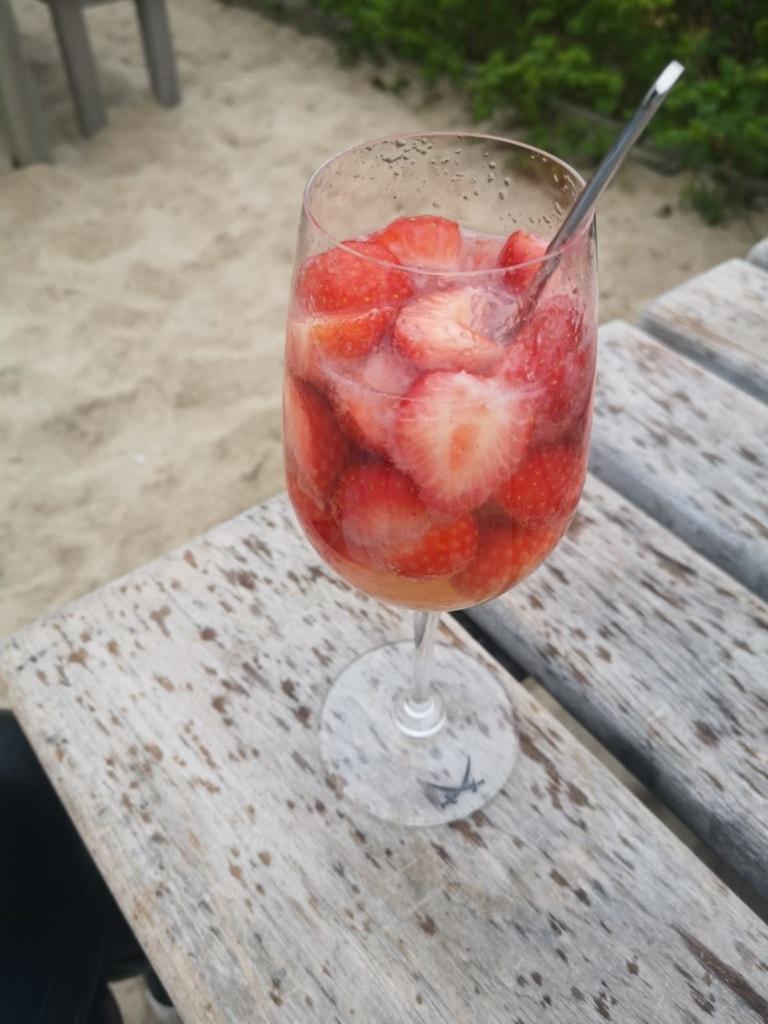 In der Sansibar auf Sylt trinkt man frische Erdbeer-Bowle.