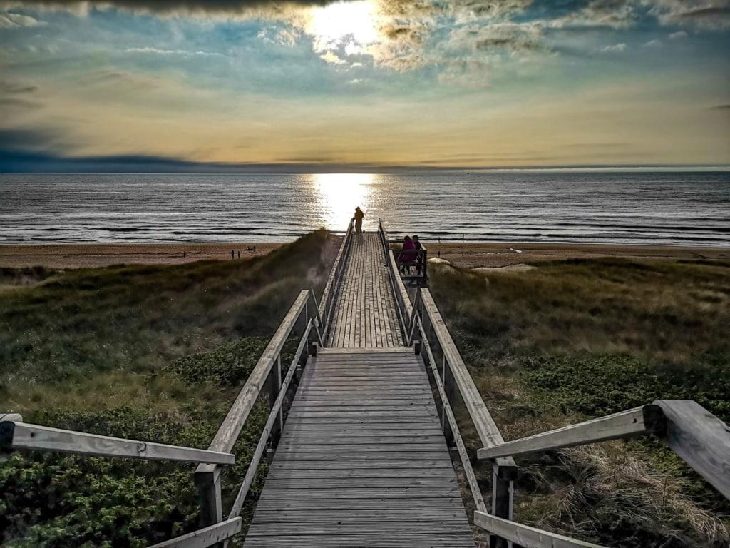 Ein langer Holzsteg führt über die Dünen runter zum Meer nach Sylt.