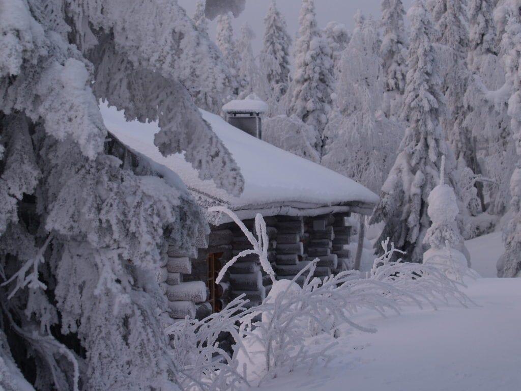 Schneebedecktes Haus in Lappland