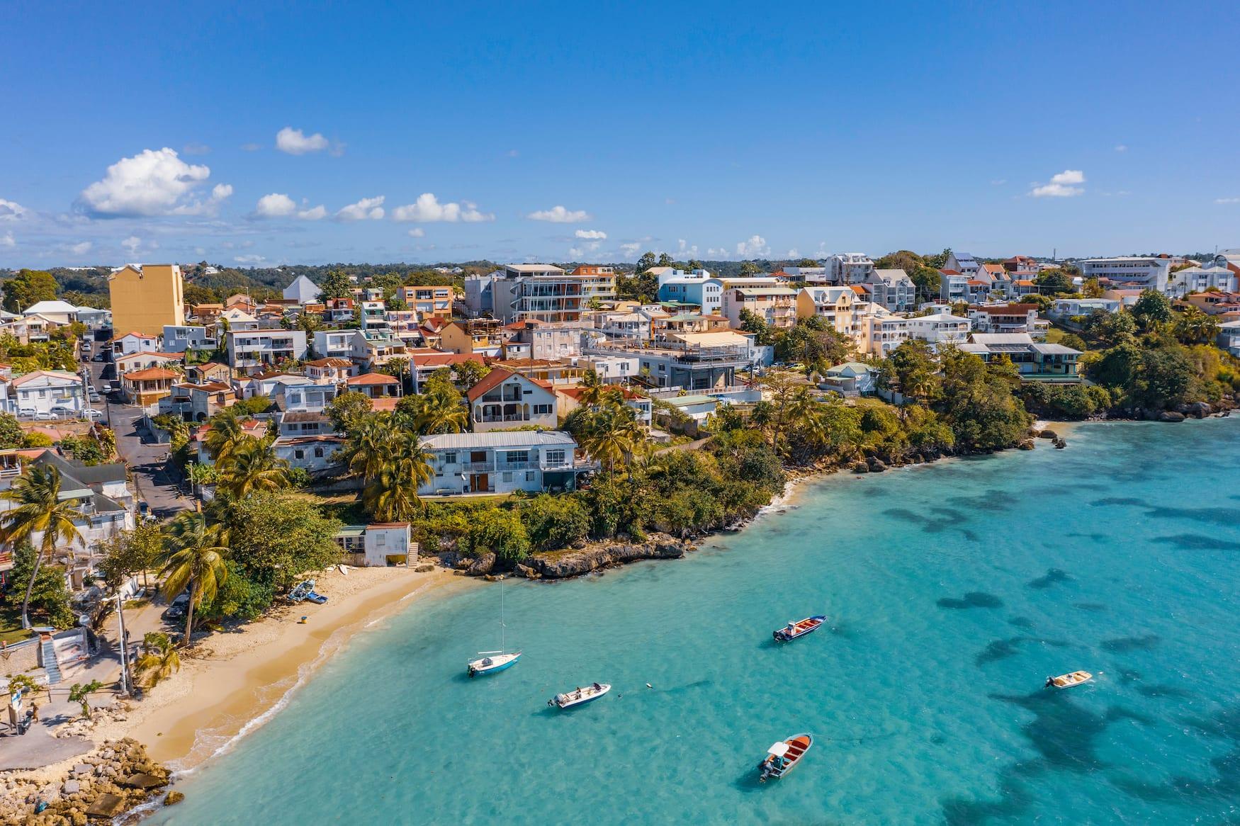 Blick auf Küstenort auf Guadeloupe