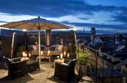 Terrasse der Penthouse Suite im Widder Hotel in Zürich am Abend