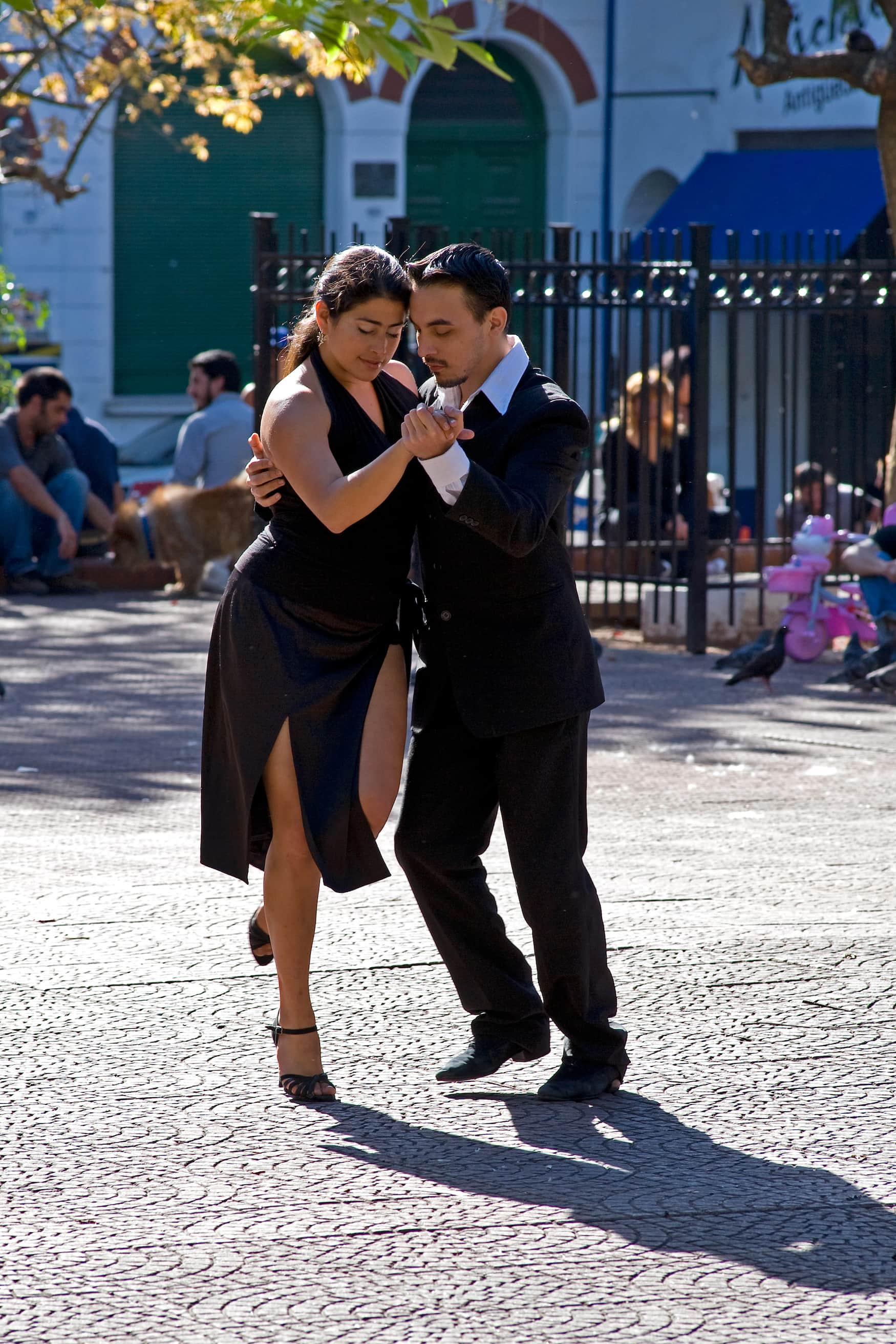 Tanzendes Pärchen auf Platz in Buenos Aires