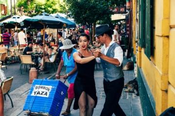 Pärchen tanzt Tango auf Straße in Buenos Aires