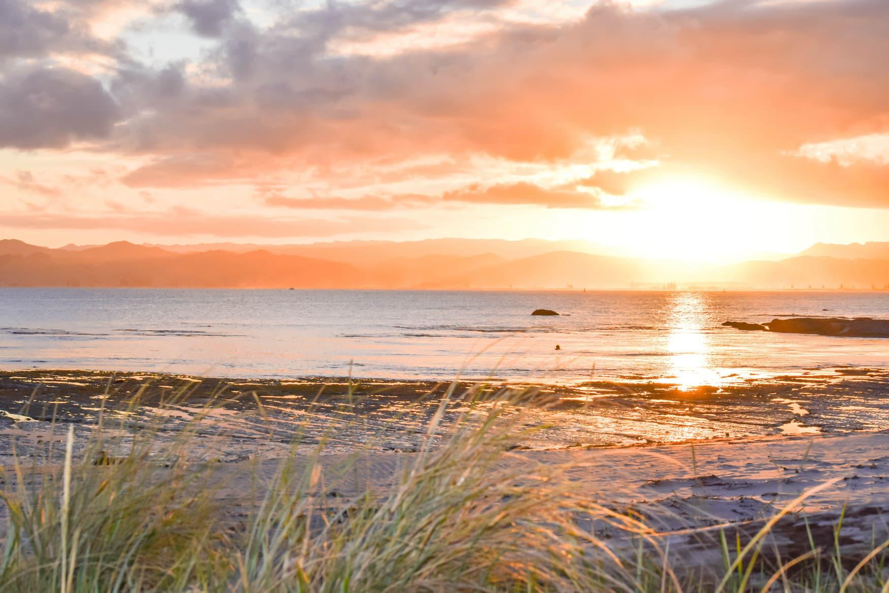Sonnenuntergang am Strand von Gisborne