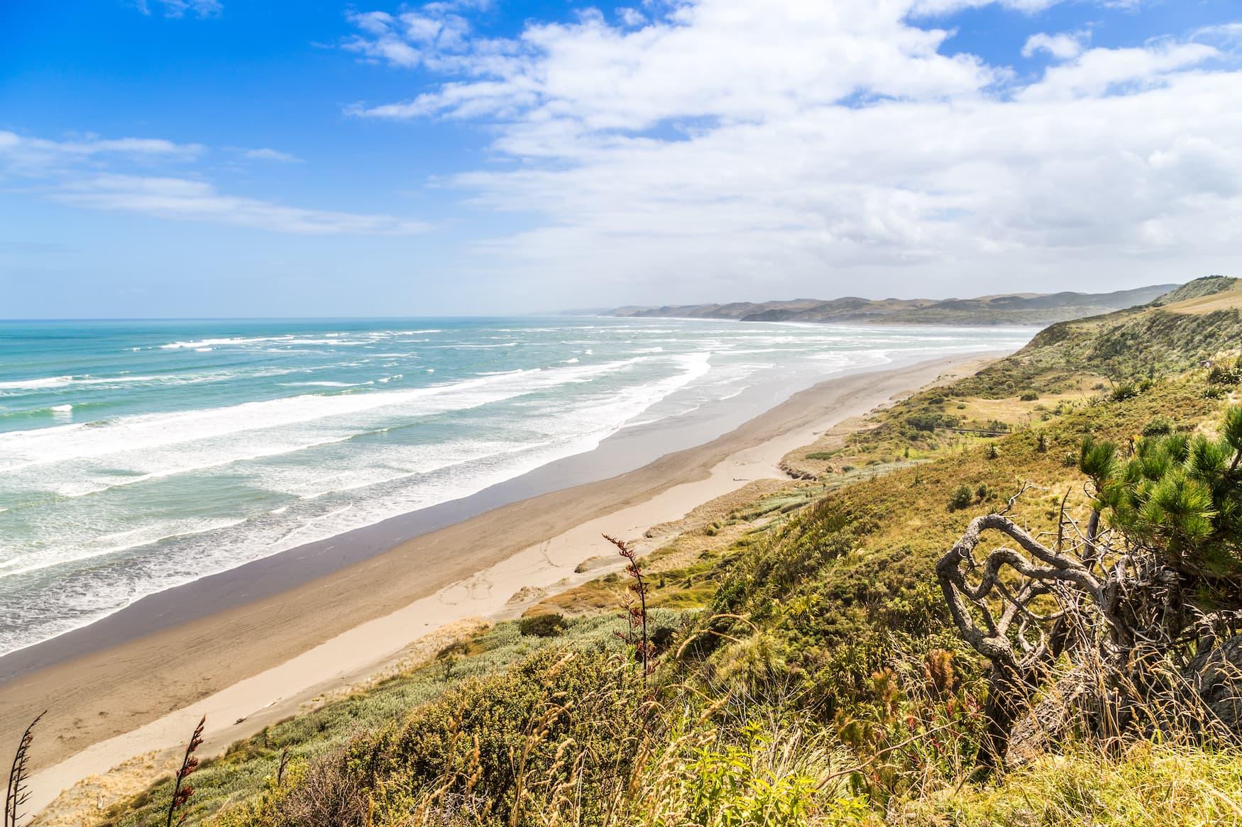 Menschenleerer Strand in Raglan, Neuseeland