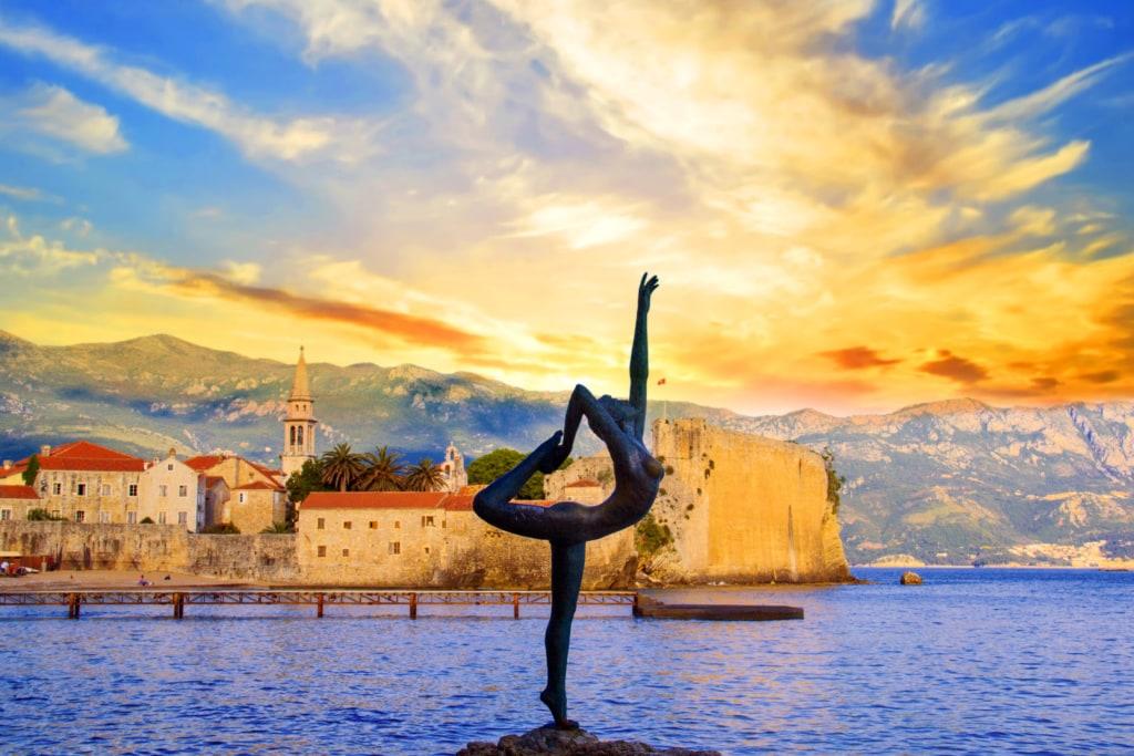 Ballerina-Statue in Budva in Montenegro