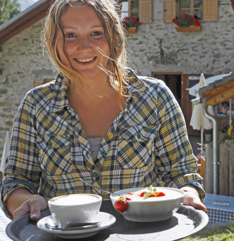 Suedtirol, Vinschgau, Martelltal, Lyfi-Alm, 2165 Meter ¸berm Meer, Almjoghurt mit Erdbeeren, Bedienung, Service,