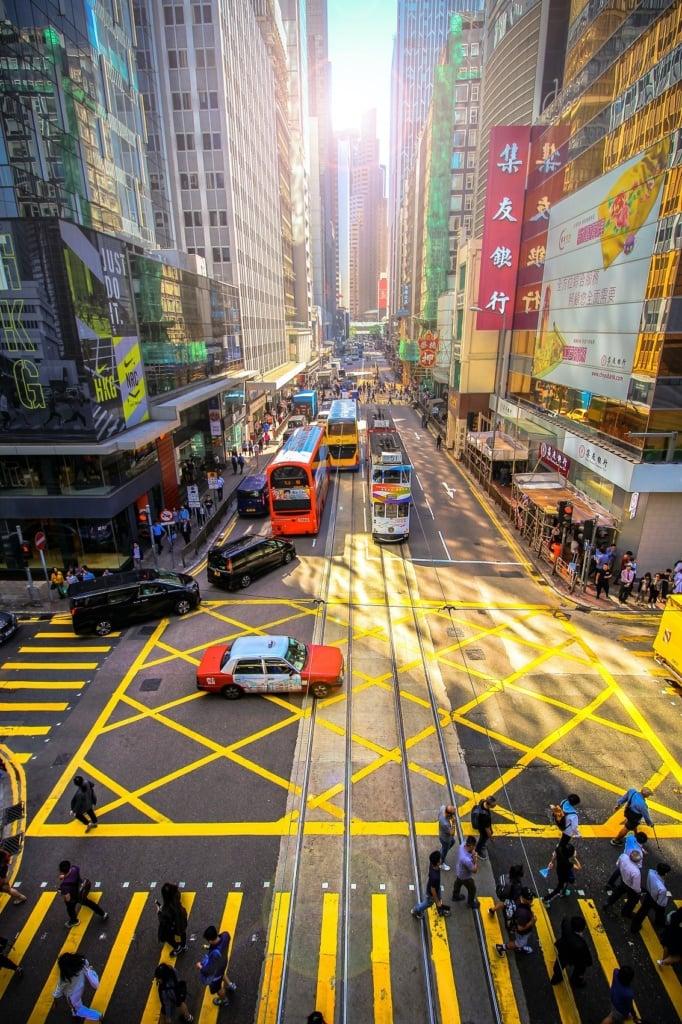 Zwischen den Hochhausschluchten von Hongkong schiebt sich der Verkehr.