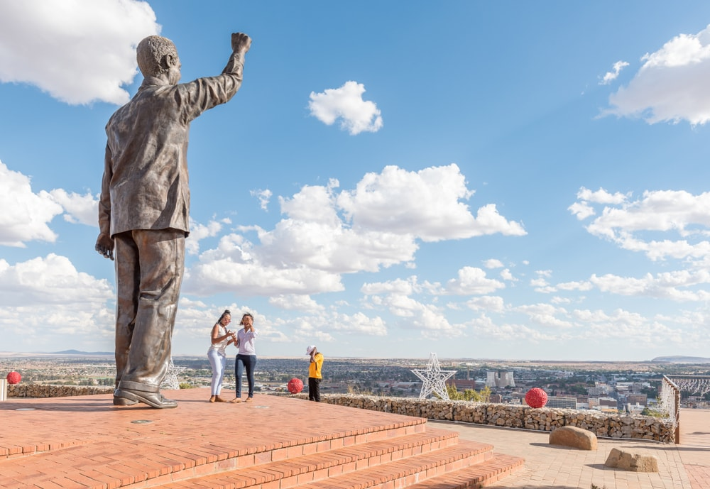 Statue von Nelson Mandela auf dem Naval hill in Bloemfontein