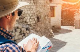 Tourist mit Reiseführer in der Hand