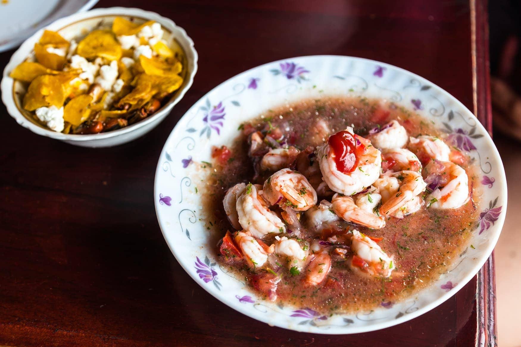 Typische Köstlichkeit aus Ecuador mit Shrimps