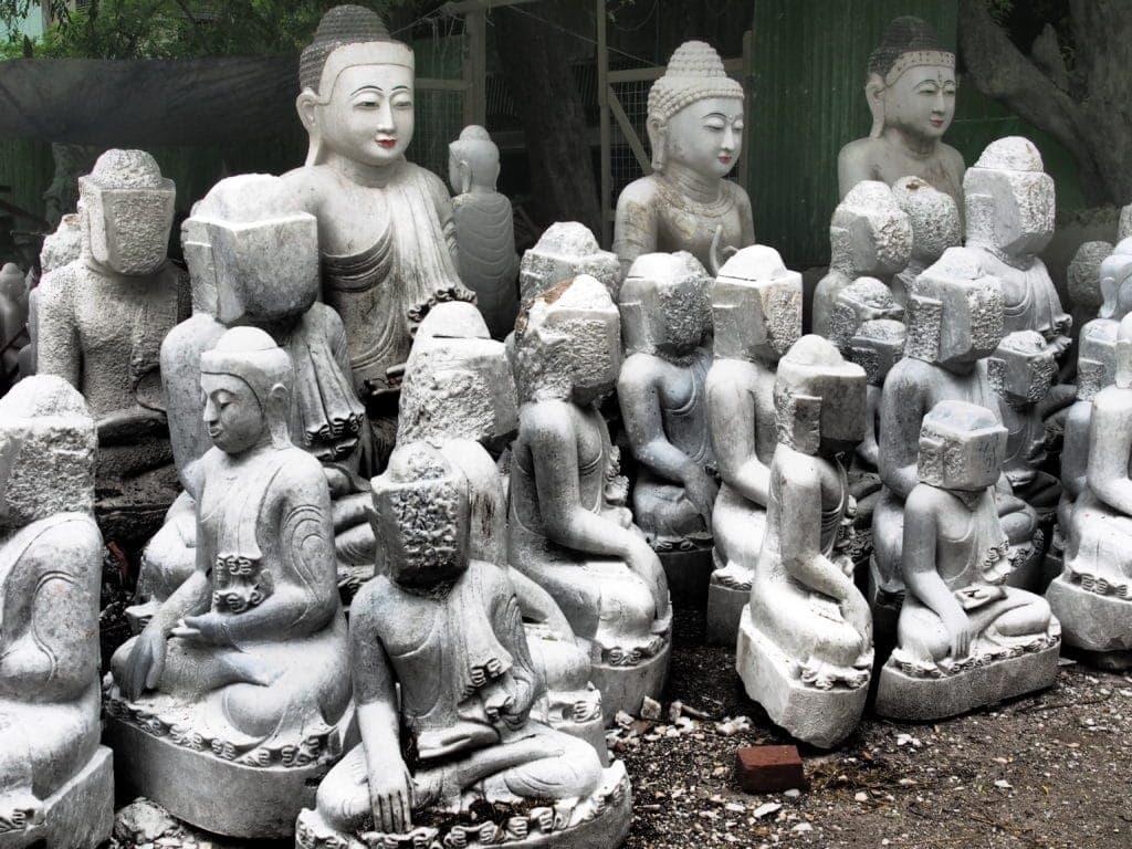 Die Gesichter sind Chefsache: Buddha-Figuren in Mandalay, Myanmar