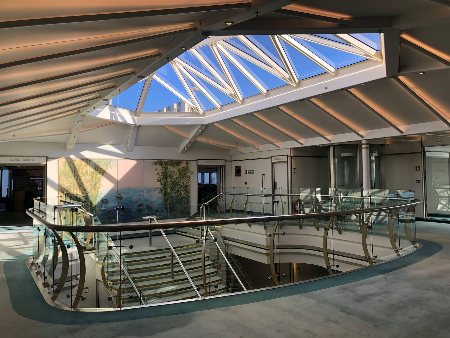Die Lobby des Schiffs von Buquebus, das Buenos Aires und Montevideo miteinander verbindet