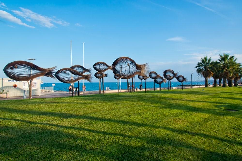 Fisch-Skulpturen an Strandpromenade