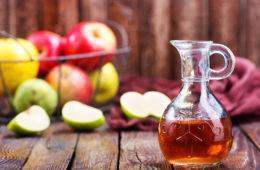 Karaffe, gefüllt mit Cider, Apfelwein