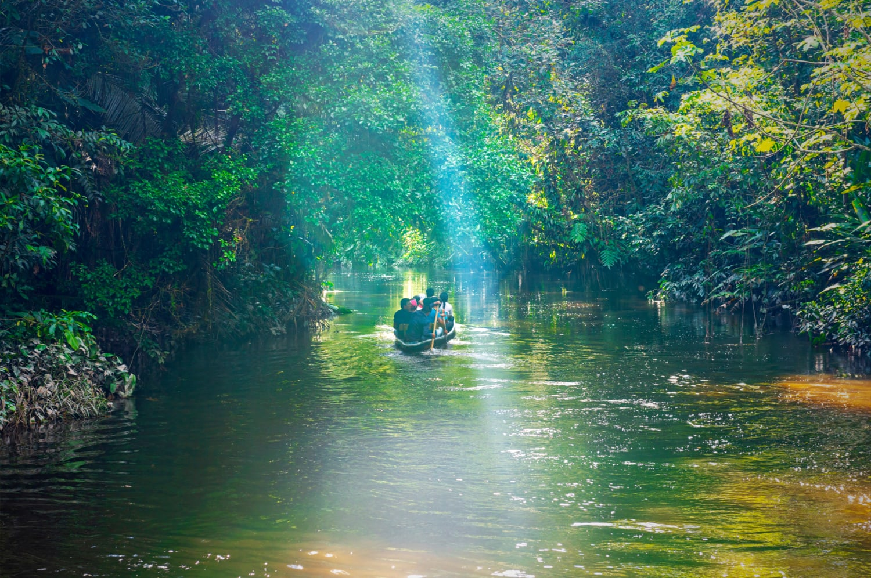 Kleines Boot im Amazonas-Gebiet in Ecuador