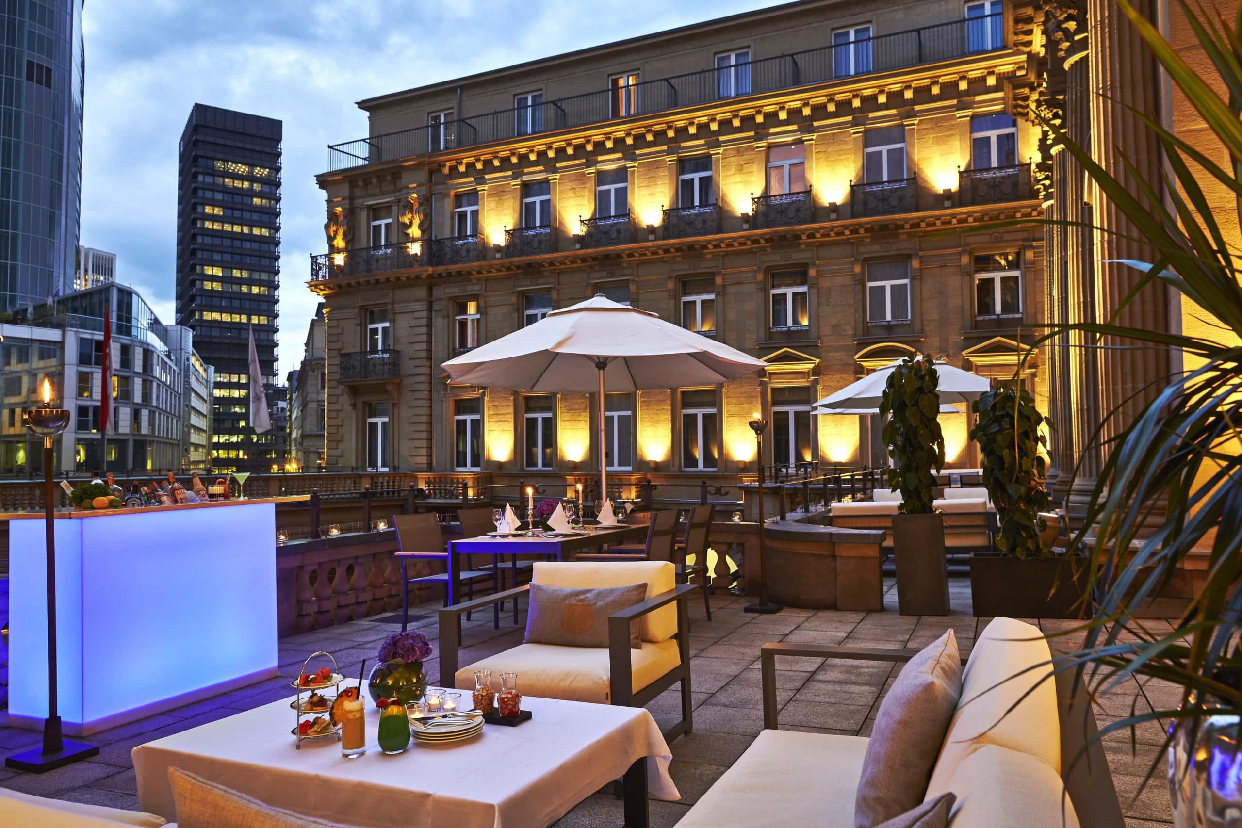 Terrasse des Steigenberger Hotels in Frankfurt am Abend mit Blick auf die Stadt
