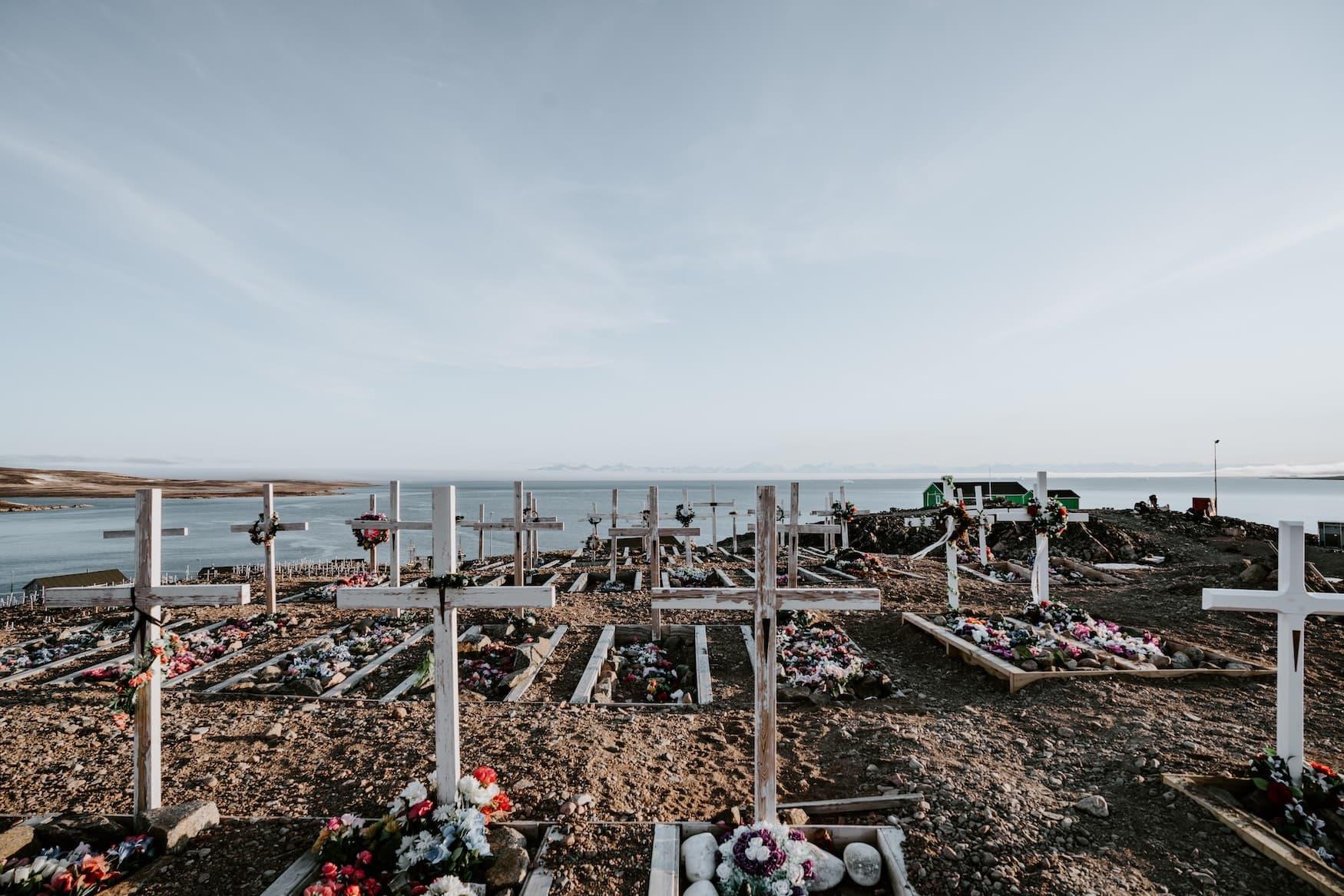 Kreuze zieren einen Friedhof in Grönland
