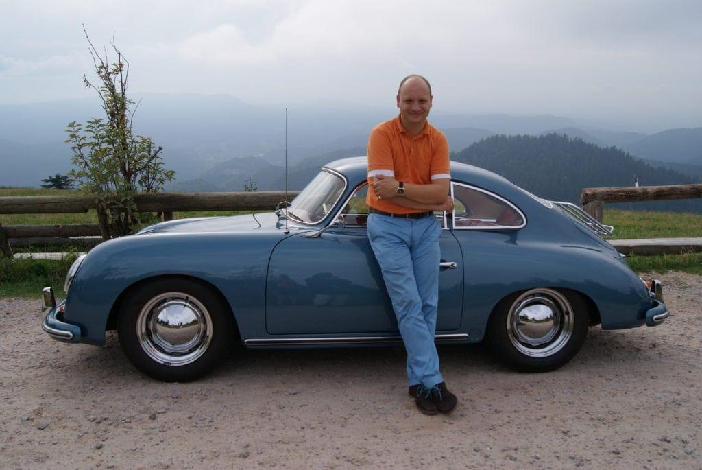 Mit dem Porsche unterwegs in den Weinbergen: Der Besitzer des Hotel Ritter Durbach, Dominik Müller, bietet den Gästen schnittige Ausflugs-Gefährten