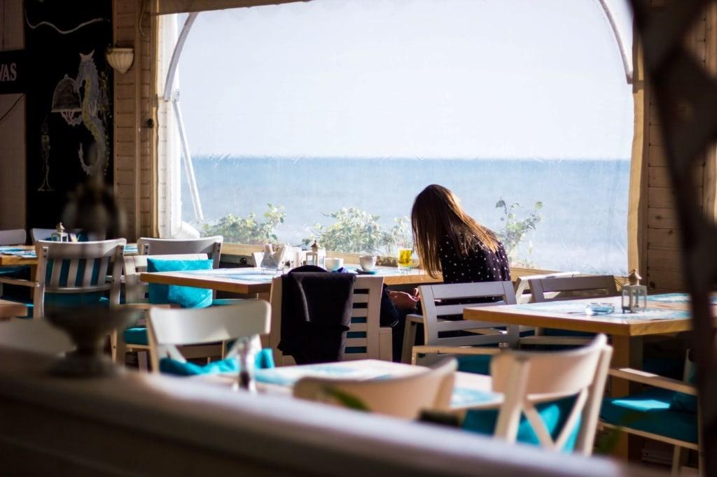 Frau sitzt allein im Restaurant