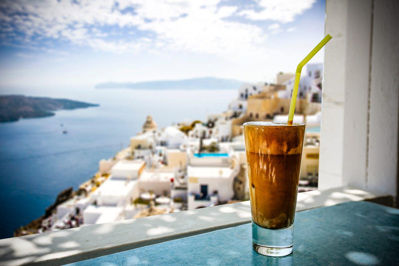 Griechischer Eiskaffee vor der Kulisse Santorinis