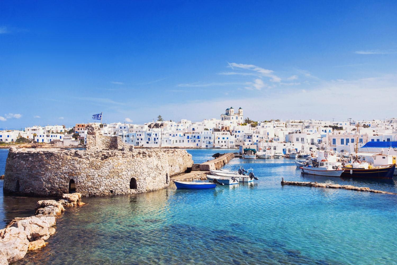 Malerischer Hafen auf Paros