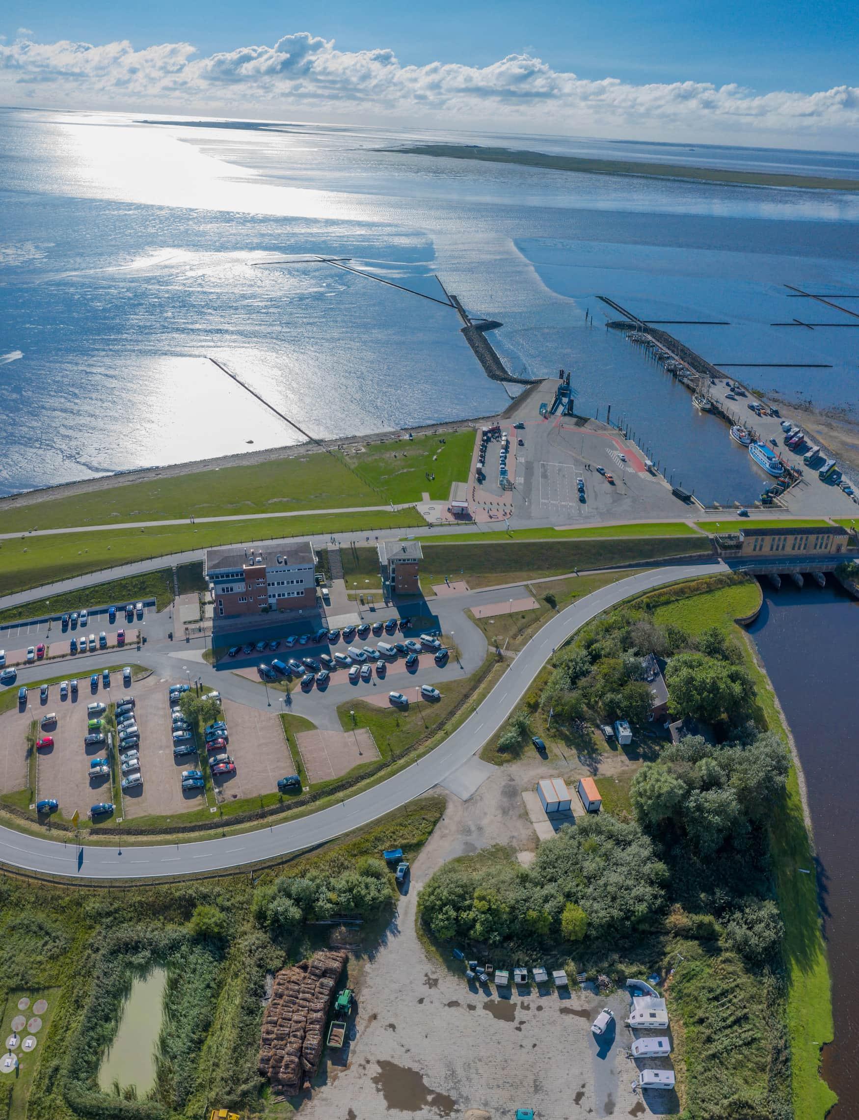 Luftseilblick auf den Hafen von Schlüttsiel, Ausgangspunkt für die Fähre zu den Inseln, Halligen von Hooge und Langeneß.