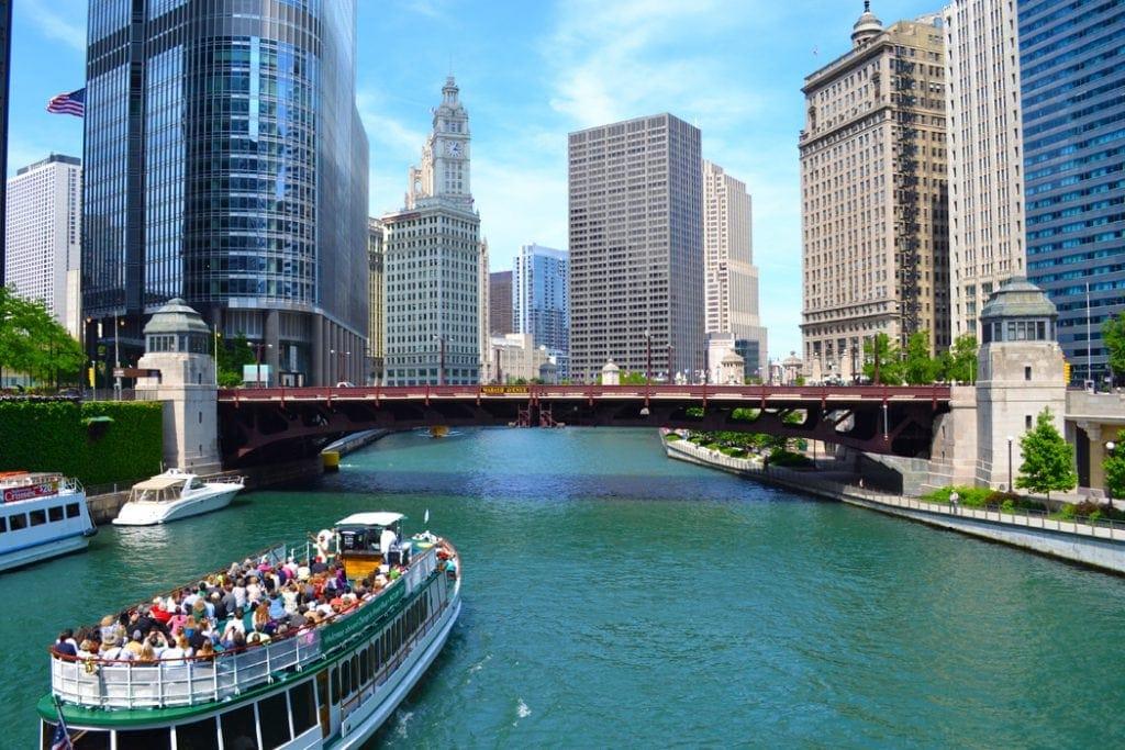 Rundreise durch Illinois: Ein Boot mit Touristen fährt auf dem Chicago Rviers.