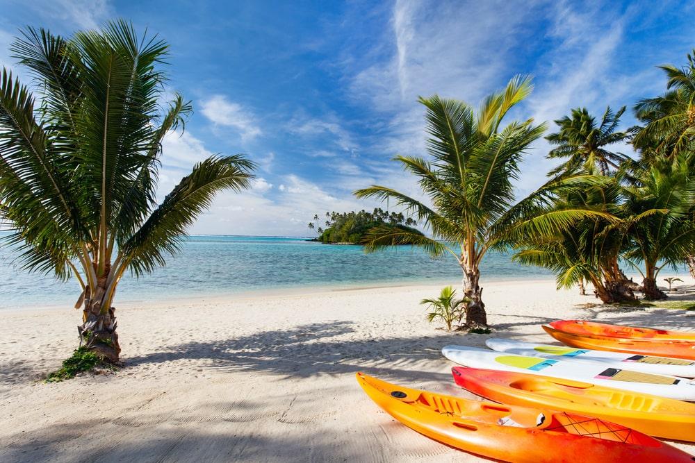 Kayaks am Strand auf den Cookinseln