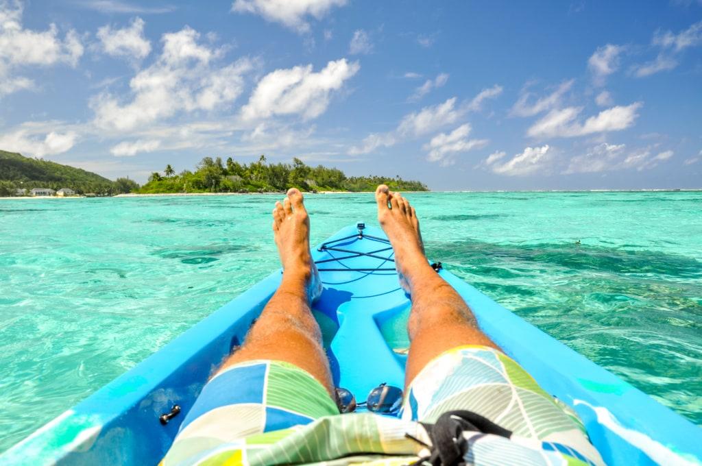 Mann auf Boot auf den Cookinseln