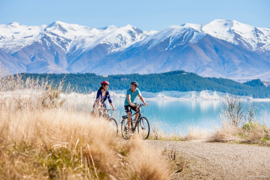 Fahrradfahrer am Lake Pukaki in Neuseeland
