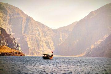 Boot auf dem Wasser auf der Musandam-Halbinsel im Oman