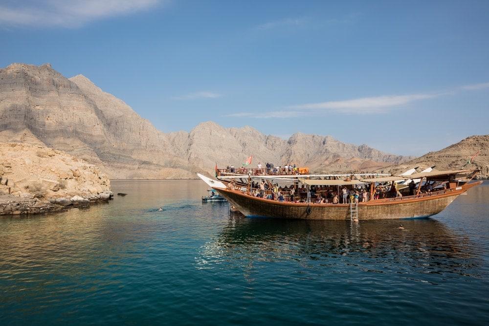 Orte zum Abkühlen im Oman: Touristenboot auf der Musandam-Halbinsel im Oman