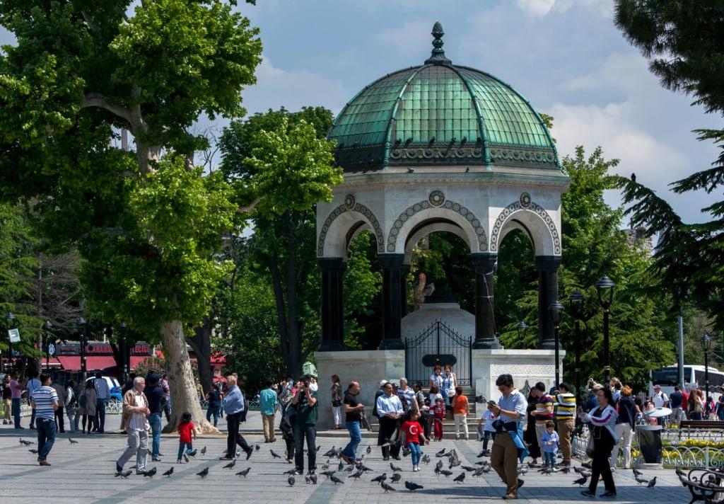 Kaiser-Wilhelm-Brunnen in Istanbul mit Touristen